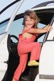 Muchacha feliz joven que mira hacia fuera de ventana de coche Imagen de archivo