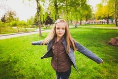 Muchacha feliz libre que se divierte al aire libre Imagen de archivo