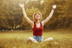 Muchacha feliz linda el otoño de la hierba Imágenes de archivo libres de regalías