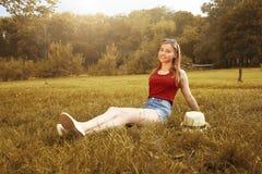 Muchacha feliz linda el otoño de la hierba Imagen de archivo