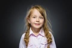 Muchacha feliz Niño hermoso del retrato del primer que sonríe en gris Fotografía de archivo