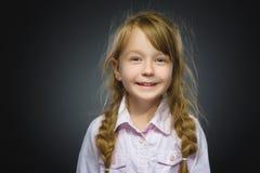 Muchacha feliz Niño hermoso del retrato del primer que sonríe en gris Imagenes de archivo