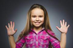 Muchacha feliz Niño hermoso del retrato del primer que sonríe en gris Imagen de archivo