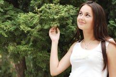 Muchacha feliz por el árbol frondoso Imagenes de archivo