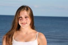 Muchacha feliz por el mar Foto de archivo libre de regalías