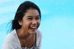 Muchacha feliz por la piscina Foto de archivo libre de regalías