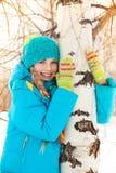 Muchacha feliz que abraza el árbol Imagenes de archivo
