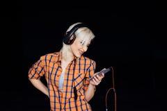 Muchacha feliz que baila y que escucha la música Fotografía de archivo libre de regalías