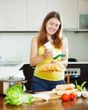 Muchacha feliz que cocina los bocadillos con mayonesa Foto de archivo libre de regalías