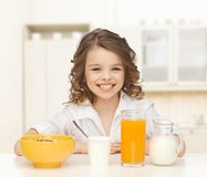 Muchacha feliz que come el desayuno sano Fotos de archivo libres de regalías