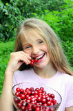 Muchacha feliz que come la cereza Imagen de archivo