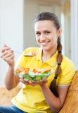 Muchacha feliz que come la ensalada del veggie Imagen de archivo
