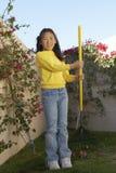 Muchacha feliz que cultiva un huerto en jardín Imágenes de archivo libres de regalías