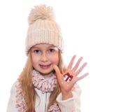 Muchacha feliz que demuestra los símbolos de la Navidad pintados en las manos Regalo y acebo Imagen de archivo