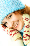 Muchacha feliz que desgasta la ropa caliente del invierno Fotografía de archivo