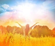 Muchacha feliz que disfruta de la felicidad en prado soleado Imagen de archivo