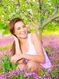 Muchacha feliz que disfruta de la naturaleza Imagenes de archivo