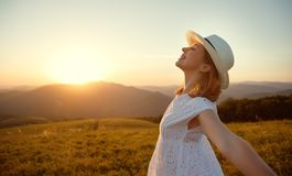 Muchacha feliz que disfruta de la naturaleza en la puesta del sol Fotografía de archivo libre de regalías
