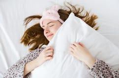 Muchacha feliz que disfruta de mañana soleada Imagen de archivo libre de regalías