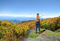 Muchacha feliz que disfruta de tiempo en viaje de la montaña Fotografía de archivo libre de regalías