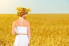 Muchacha feliz que disfruta de vida en campo de trigo en verano Imagenes de archivo