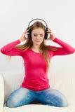 Muchacha feliz que escucha la música Fotografía de archivo libre de regalías