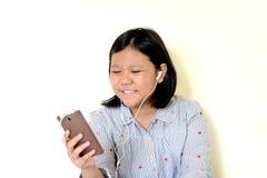 Muchacha feliz que escucha la música de un smartphone Fotos de archivo libres de regalías