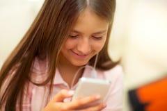 Muchacha feliz que escucha la música del teléfono móvil Imágenes de archivo libres de regalías