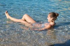 Muchacha feliz que flota en el mar tropical fotos de archivo