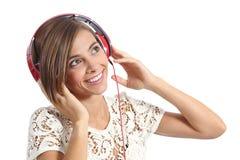 Muchacha feliz que goza y que escucha la música con los auriculares Fotos de archivo