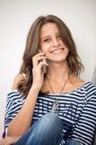 Muchacha feliz que habla en el teléfono Fotos de archivo libres de regalías