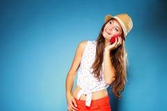 Muchacha feliz que habla en el teléfono móvil Foto de archivo libre de regalías