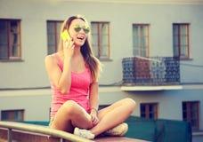Muchacha feliz que habla por el teléfono al aire libre Fotos de archivo libres de regalías