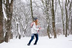 Muchacha feliz que hace la bola de nieve al aire libre Fotos de archivo