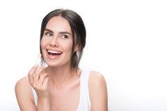 Muchacha feliz que hace maquillaje por el lápiz labial Imagenes de archivo