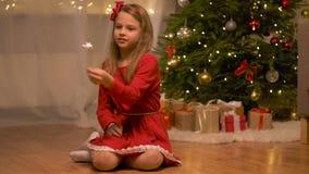 Muchacha feliz que juega con la bengala en la Navidad almacen de metraje de vídeo