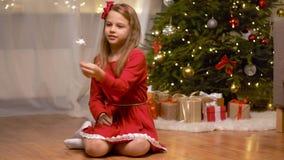 Muchacha feliz que juega con la bengala en la Navidad metrajes