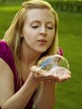Muchacha feliz que juega con las burbujas de jabón Imagen de archivo