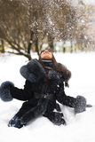 Muchacha feliz que juega con nieve Imagenes de archivo