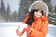 Muchacha feliz que juega con nieve Imagen de archivo