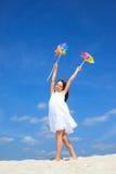 Muchacha feliz que juega en la playa imágenes de archivo libres de regalías