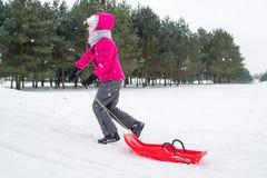 Muchacha feliz que juega en nieve Fotografía de archivo libre de regalías