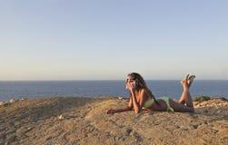 Muchacha feliz que llama en la playa Fotografía de archivo libre de regalías