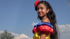 Muchacha feliz que lleva el vestido colombiano tradicional metrajes