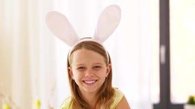 Muchacha feliz que lleva la venda de los oídos del conejito de pascua almacen de video