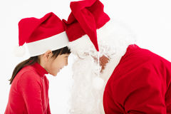 Muchacha feliz que mira la cara del ` s de Santa Claus imagen de archivo libre de regalías