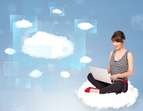Muchacha feliz que mira la red moderna de la nube Imagen de archivo
