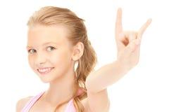 Muchacha feliz que muestra a cuernos del diablo gesto Imagen de archivo