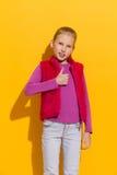 Muchacha feliz que muestra el pulgar para arriba Fotos de archivo libres de regalías