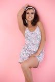 Muchacha feliz que presenta sobre fondo rosado Fotos de archivo libres de regalías